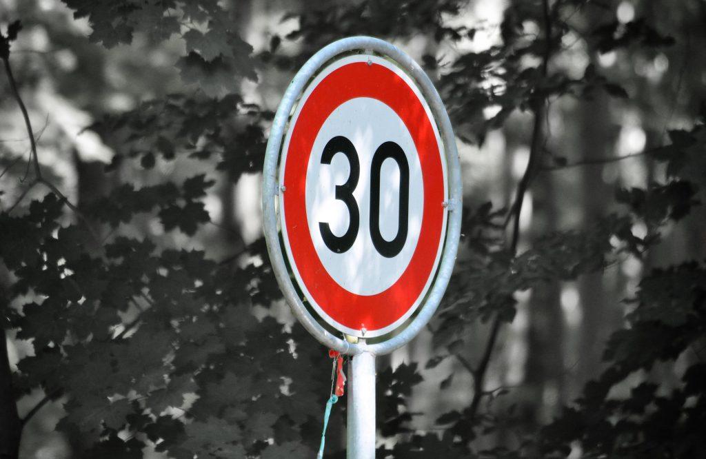 Znak drogowy - dozwolona prędkość